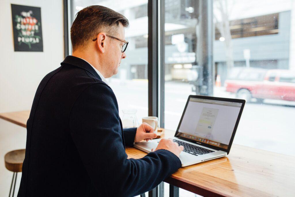 homme-travaillant-sur-ordinateur